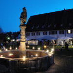 Brunnen im Klosterhof weihnachtlich beleuchtet